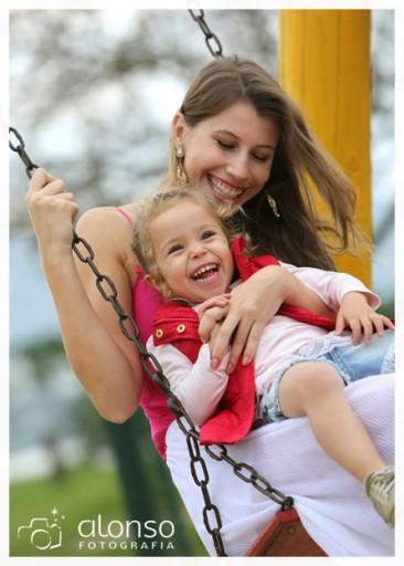 Fotografia da Roberta e Isadora brincando no parque
