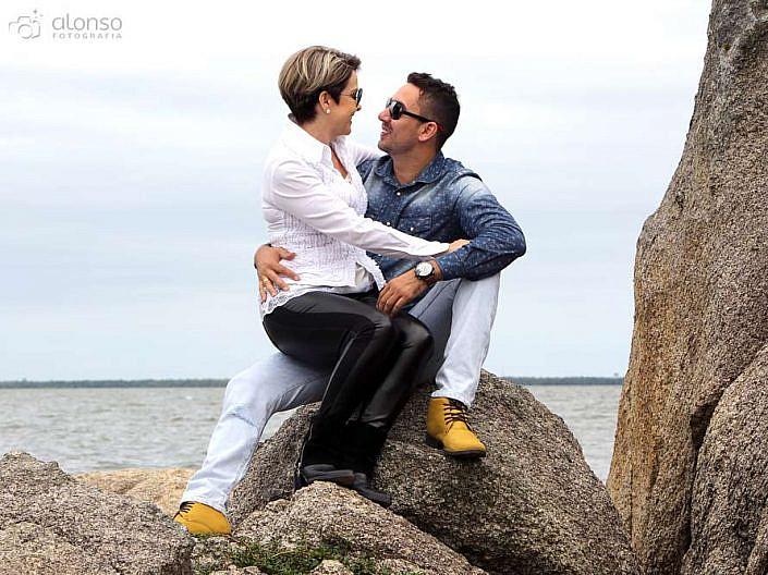 Book casal sentados nas rochas