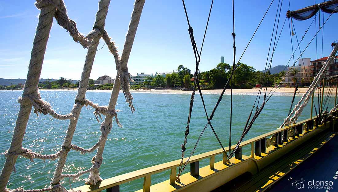 Praia de Canasvieiras desde barco pirata
