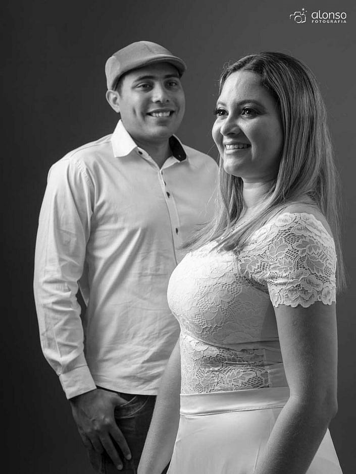 Ensaio casal preto e branco em estúdio